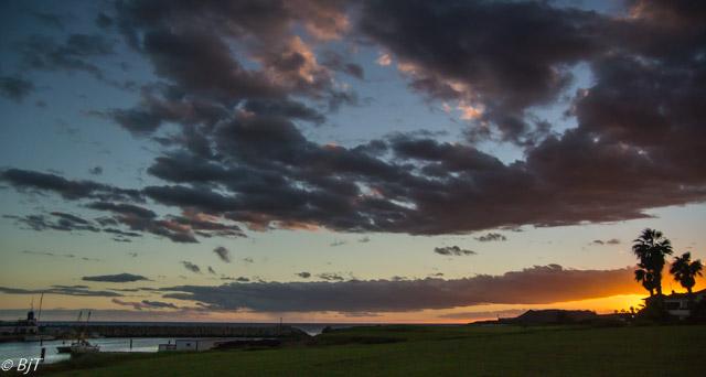 Solnedgång över golfbanan vid marinan