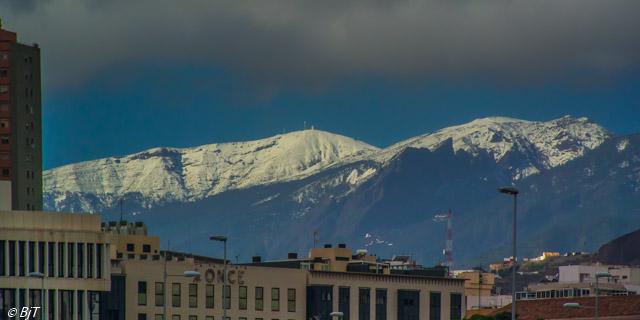 Snö i bergen ovanför Santa Cruz
