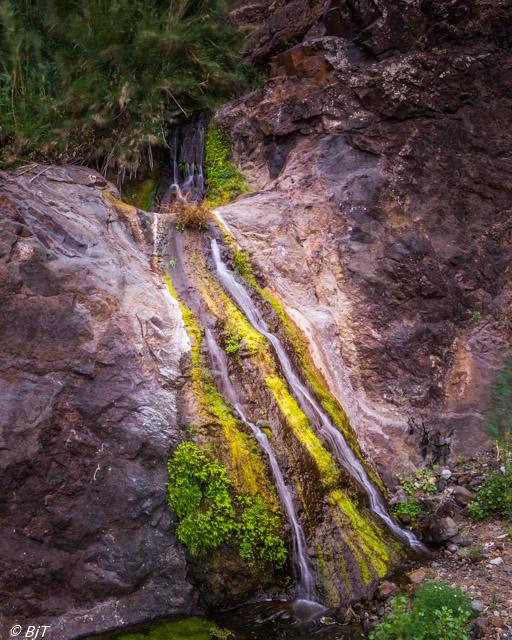 Färgrikt litet vattenfall