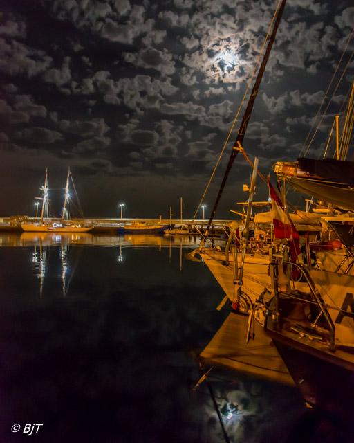 Kväll i sittbrunnen med HMS Falken i bakgrunden